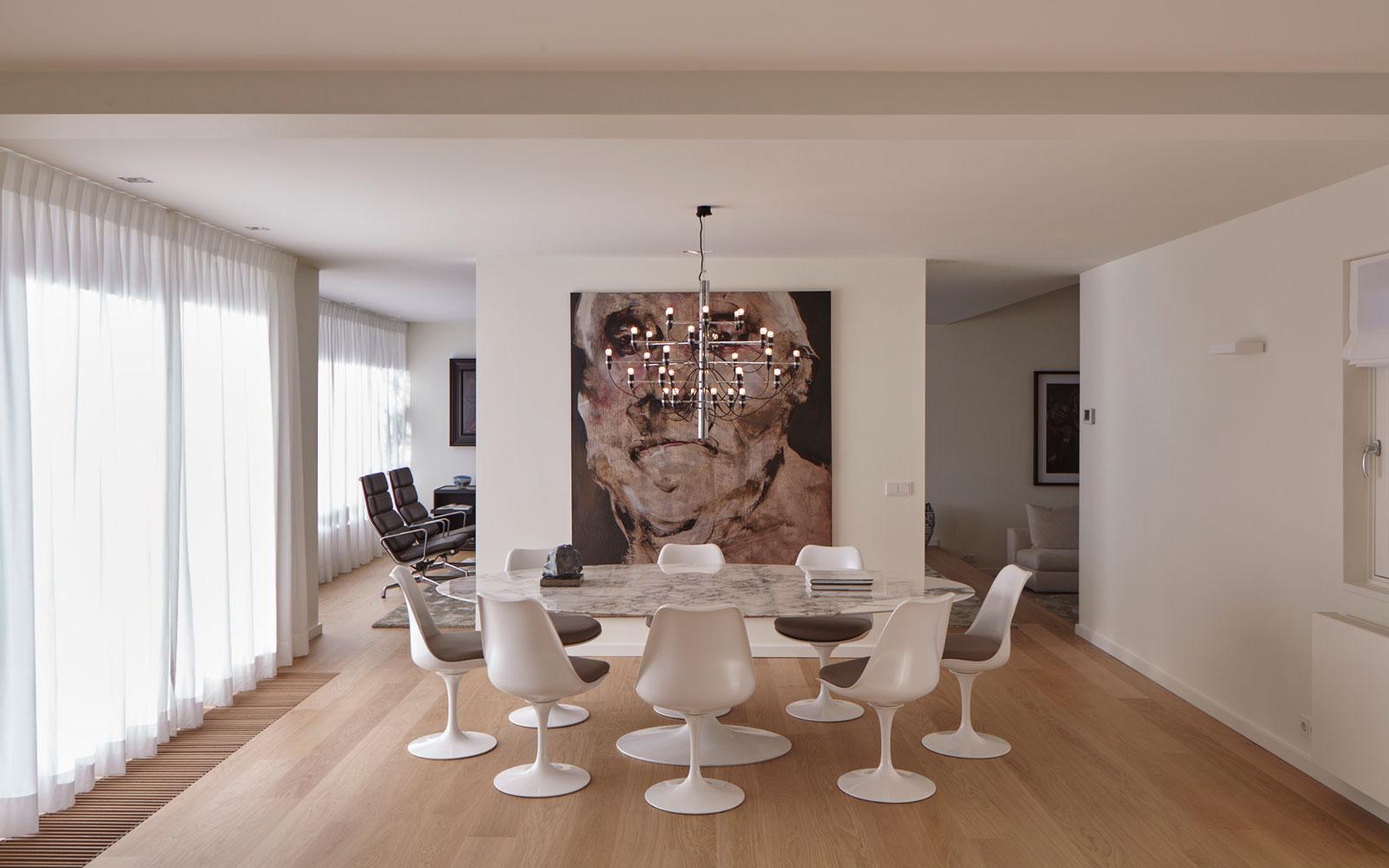 Grote, witte, ovale eettafel, marmeren blad, Knoll, lamp van Flos, landelijke villa, Francine Broos