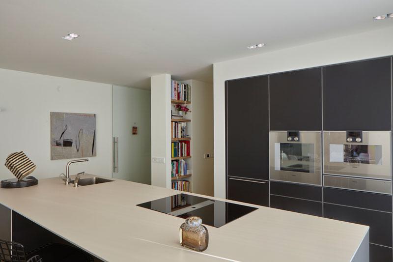 Keuken in twee delen, kookeiland, hoge kasten, uitzicht op de tuin, landelijke villa, Francine Broos