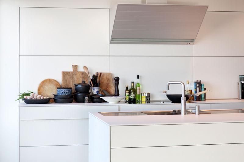 Strakke witte maatwerk keuken door Bulthaup Leiden, Penthouse Den Haag, Marco van Zal