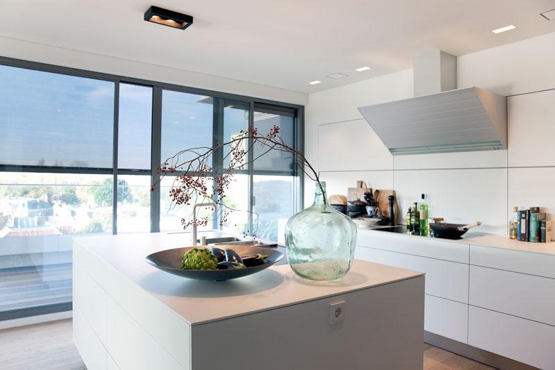 Strakke witte maatwerk keuken door Bulthaup, zicht op de stad, Penthouse Den Haag, Marco van Zal