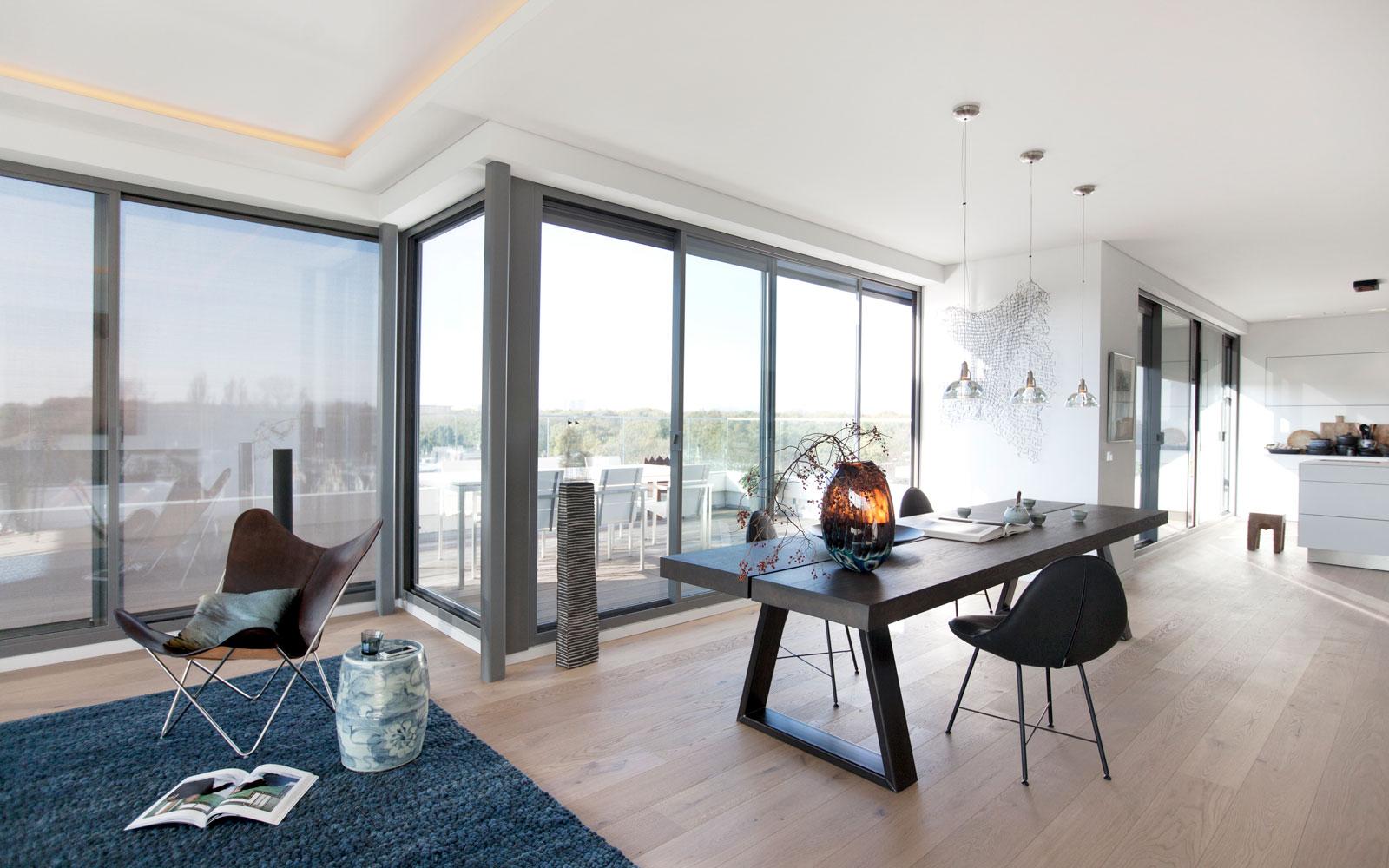 Eettafel, schuifdeur naar balkon, houten vloer door Bruynzeel Home Center, Penthouse Den Haag, Marco van Zal