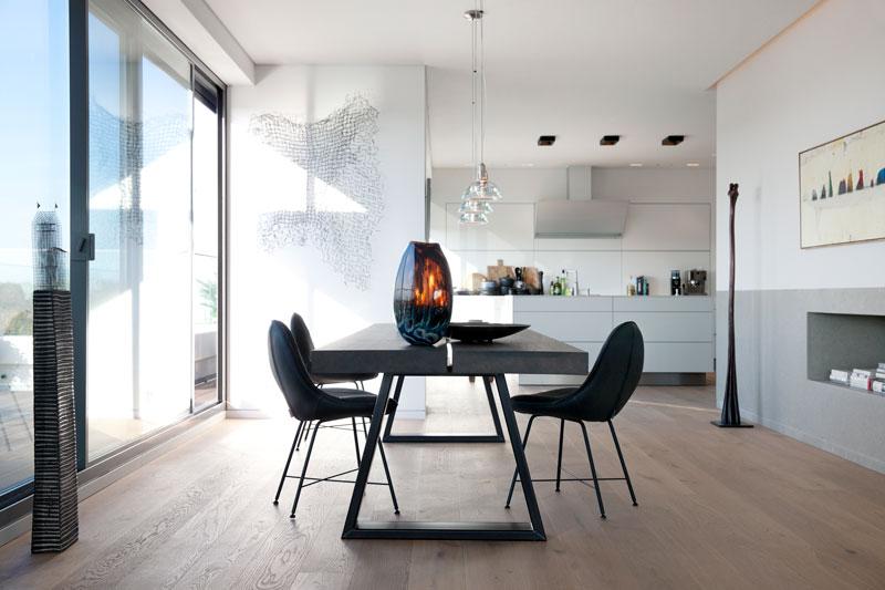 Eettafel, keuken door Bulthaup, schuifdeur naar balkon, Penthouse Den Haag, Marco van Zal
