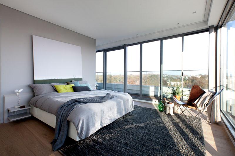 Slaapkamer, master bedroom, uitzicht op de stad, lichtinval, glaswerk Metaglas, Penthouse Den Haag, Marco van Zal