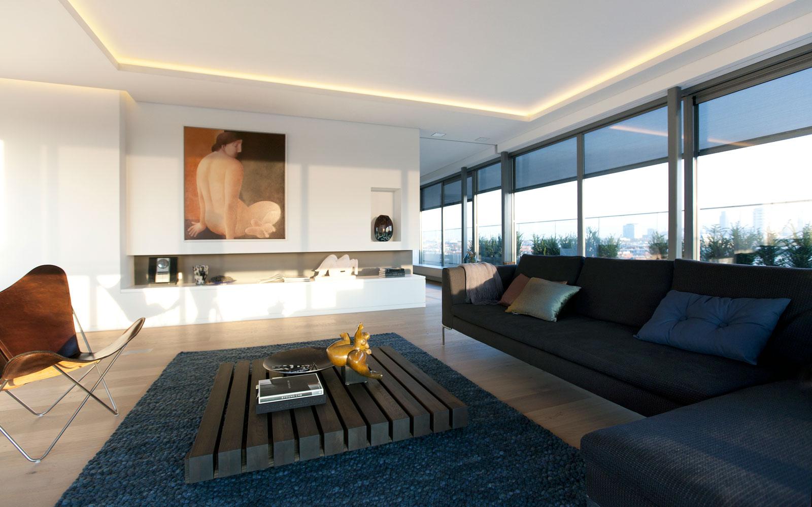 Woonkamer, zicht op de stad, houten vloer door Bruynzeel Home Center, Penthouse Den Haag, Marco van Zal