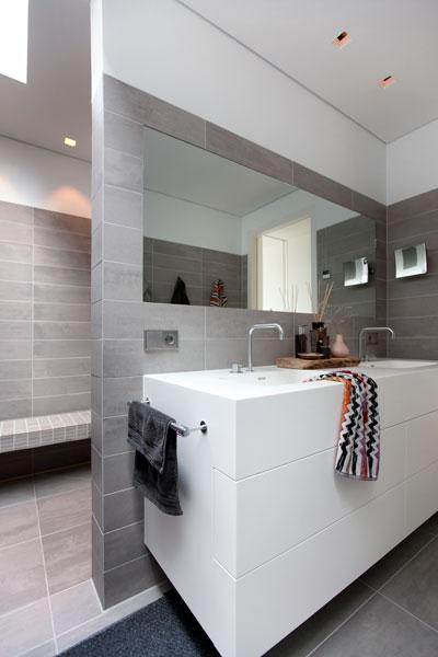 Badkamer, wastafel, grote spiegel, tegels Mosa, Sanitair van VOLA, Penthouse Den Haag Marco van Zal