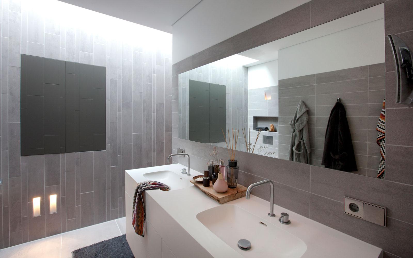Badkamer, dakraam, natuurlijk daglicht, tegelwerk Mosa, Penthouse Den haag, Marco van Zal