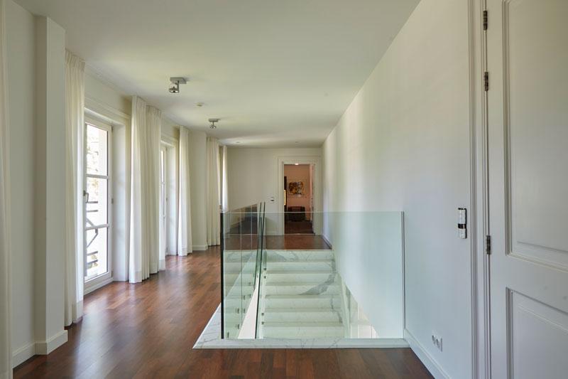 Ballustrade, glas, transparant, Scheuten Glas, Fransman Glas, houten vloer, marmeren villa, Rob Zeelen Interior