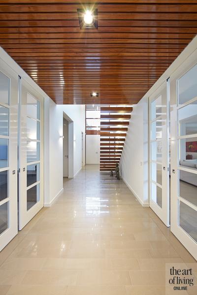 Hal met zwevende trap, houten trap