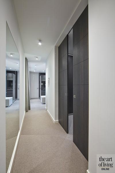 Gang, grote spiegel, houten deuren