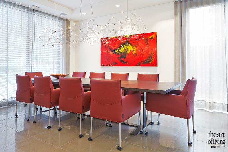 eethoek rode stoelen lange tafel verlichting koek verlichting