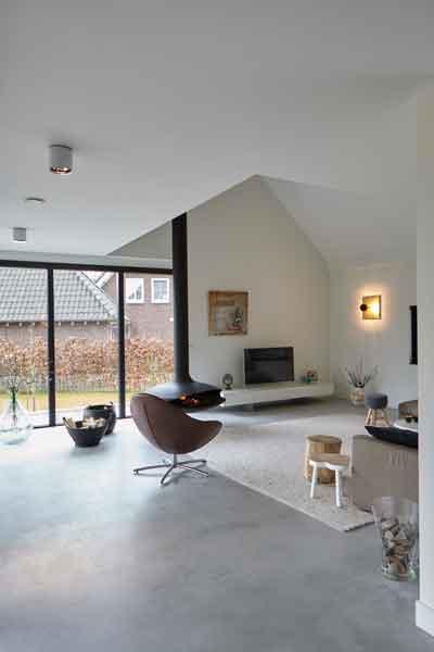 Woonkamer met betonvloer, grote ramen, StalenDeurenHuys, Landelijk, modern, Architectenbureau Koppens