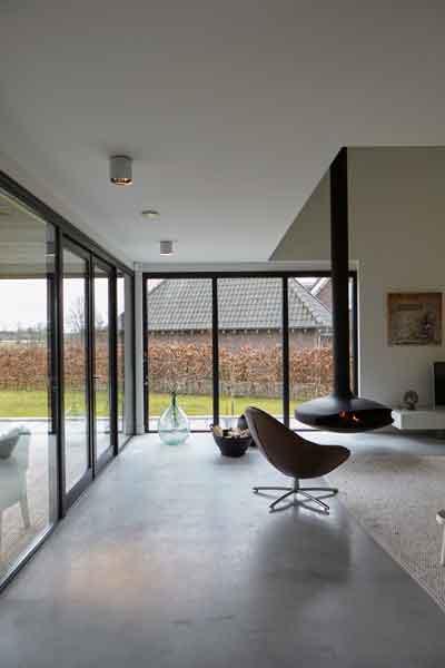 Zicht op de tuin dankzij de grote ramen met kozijnen van stalendeurenhuys, Landelijk, modern, Architectenbureau Koppens
