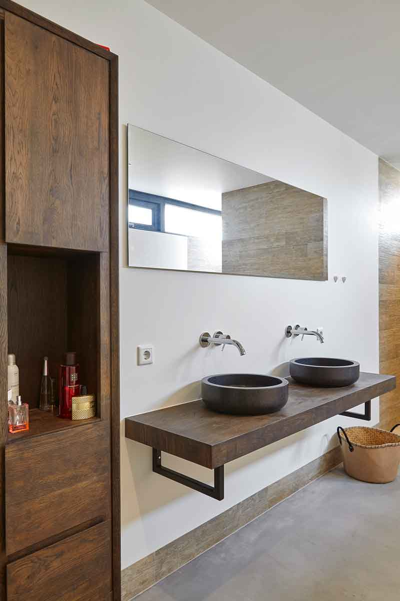 Badkamer, dubbele wastafel, hout, glasstrook, melkglas, Landelijk, modern, Architectenbureau Koppens