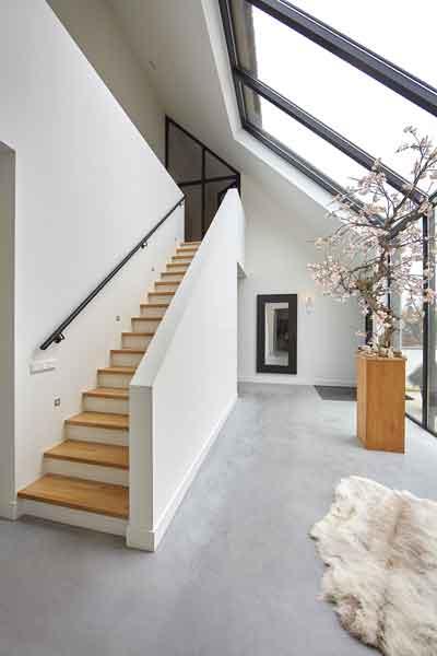 Hal, beton vloer, houten trap, strak en wit, Landelijk, modern, Architectenbureau Koppens