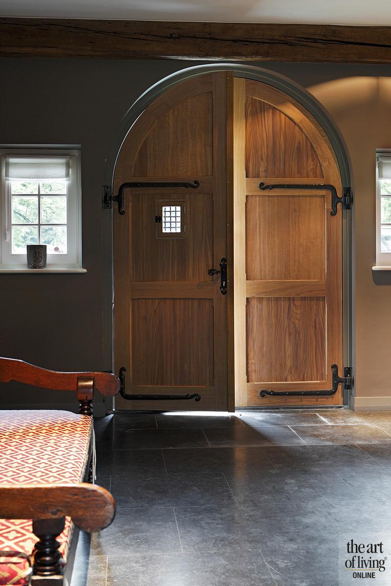 Houten deur, natuursteen vloer
