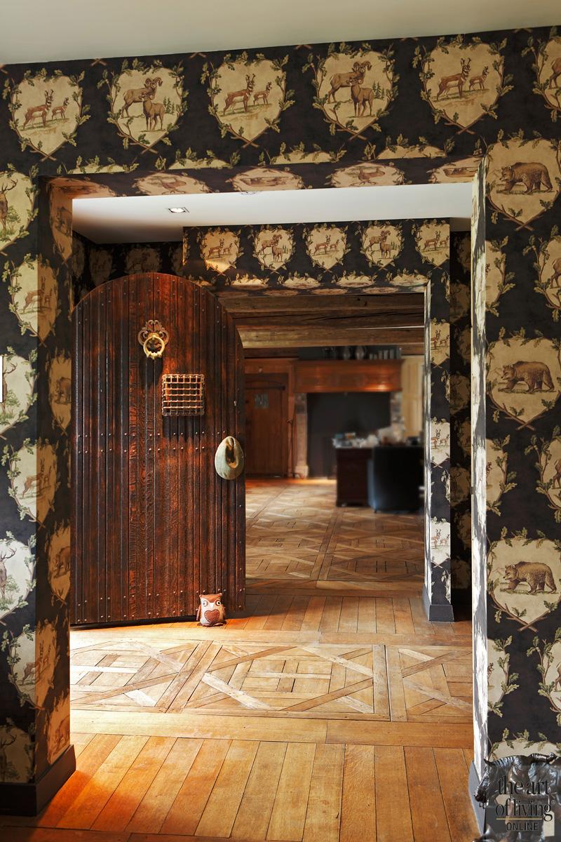 Houten vloer, wand met behang, jacht motief, klassieke houten deur