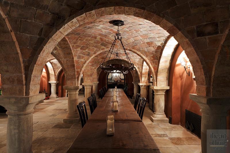 Kelder, middeleeuwse catacombe, lange tafel, kroonluchter