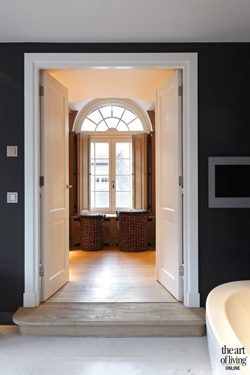 Badkamer, houten deur, wit