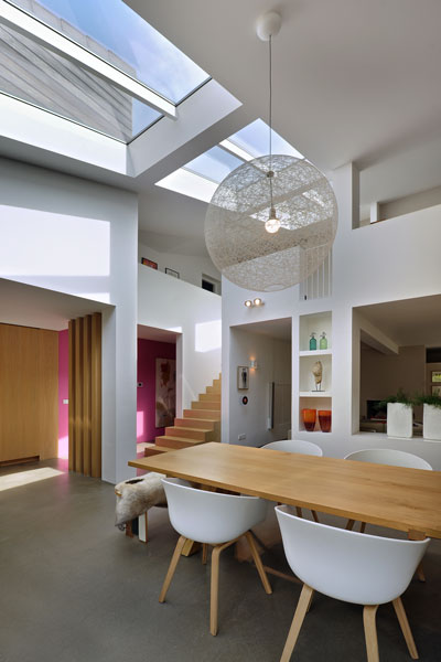Ruimtelijke woning, combinatie wit en hout, licht, jaren 70 woning, De Bever Architecten