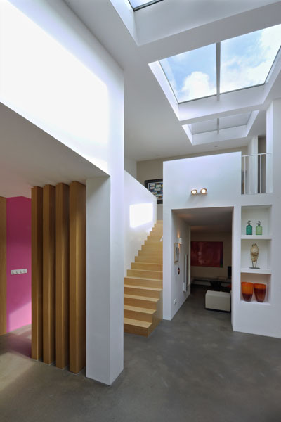 Ruimtelijkheid, licht, elegante trap, hout, jaren 70 woning, De Bever Architecten