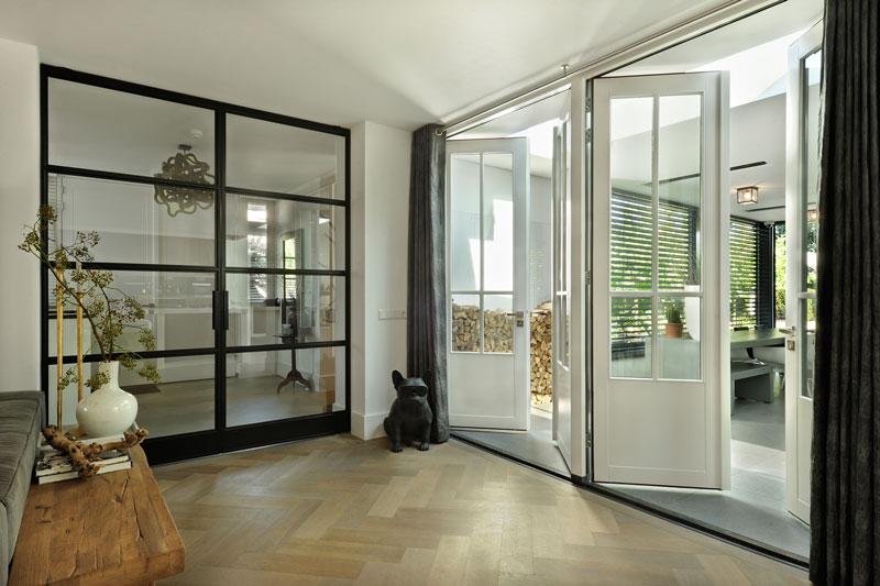 Woonkamer, houten vloer, stalen deuren, metamorfose, Boxxis Architecten