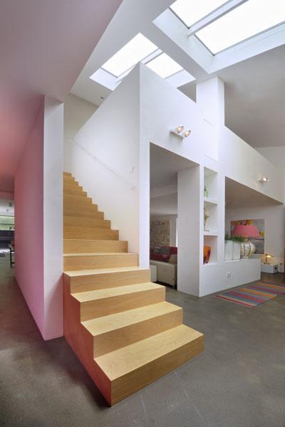 Elegante trap, hout, stijlvol, ruimtelijk, licht, jaren 70 woning, De Bever Architecten