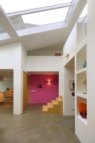 Elegante trap, hout, betonvloer, jaren 70 woning, De Bever Architecten