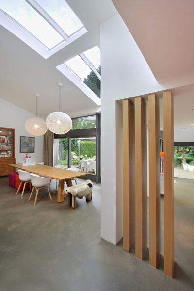 Pilaar, woonkamer, afscheiding, privacy, houten tafel, grote ramen, jaren 70 woning, De Bever Architecten