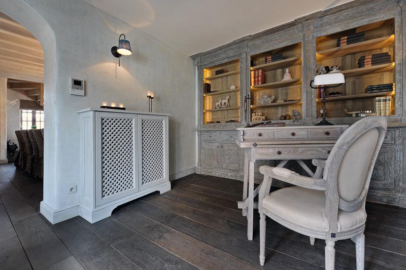 Living, bibliotheek, boekenkast, maatwerk, antieke look, houten vloer, geheime deur, bijkeuken, woonhuis als showroom, Dauby