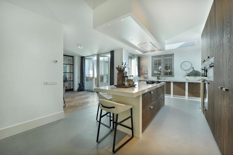 Open keuken, ruimtelijk, licht, open verbinding, kookeiland, hout, wit, metamorfose, Boxxis Architecten