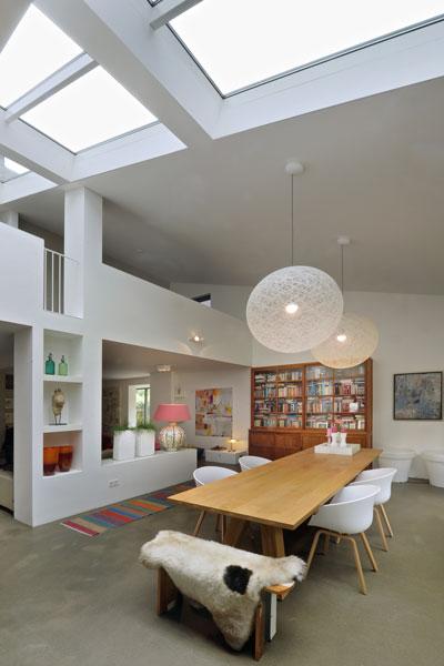 Ruimtelijke woonkamer, houten tafel, lichtinval, jaren 70 woning, De Bever Architecten