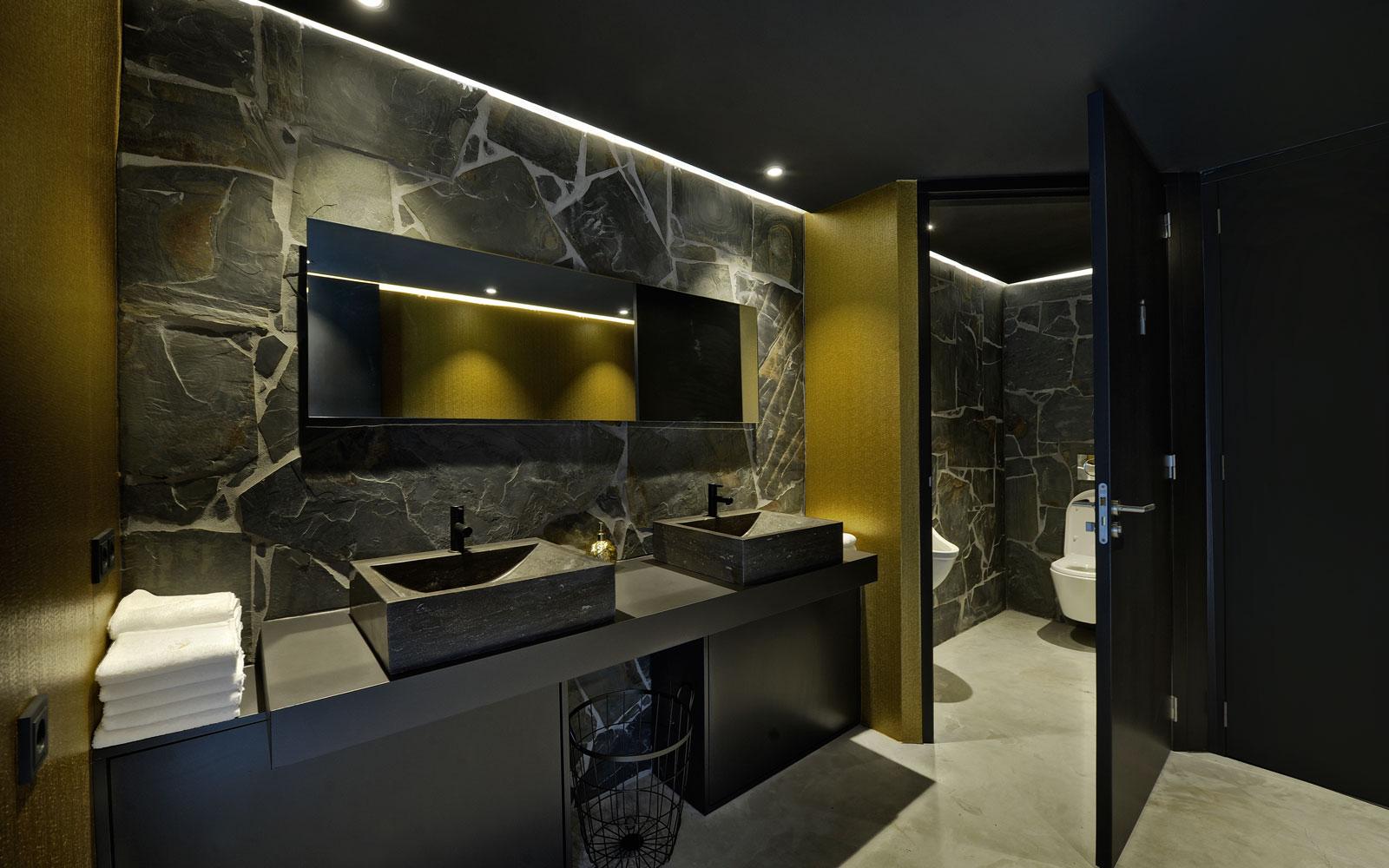 Gastentoilet, natuursteen, donkere kleuren, wastafel, La Marquise, Hertroijs Architekten