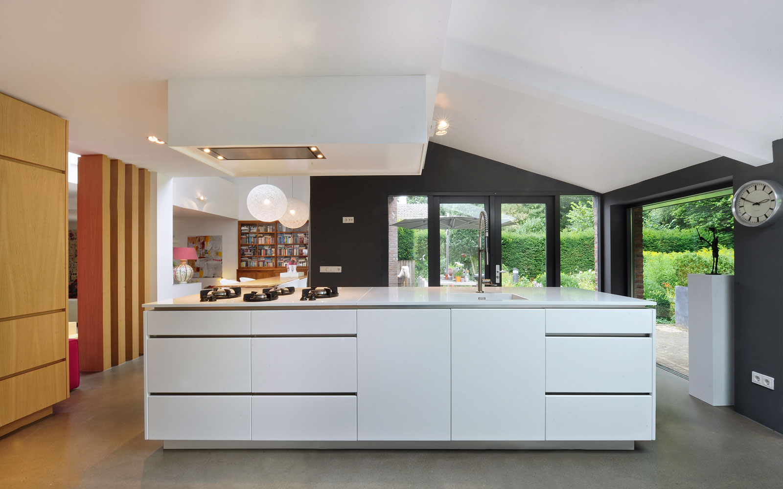 Maatwerk keuken, Marcel Zwaard, pitt cooking, kookeiland, strakke witte keuken, jaren 70 woning, De Bever Architecten