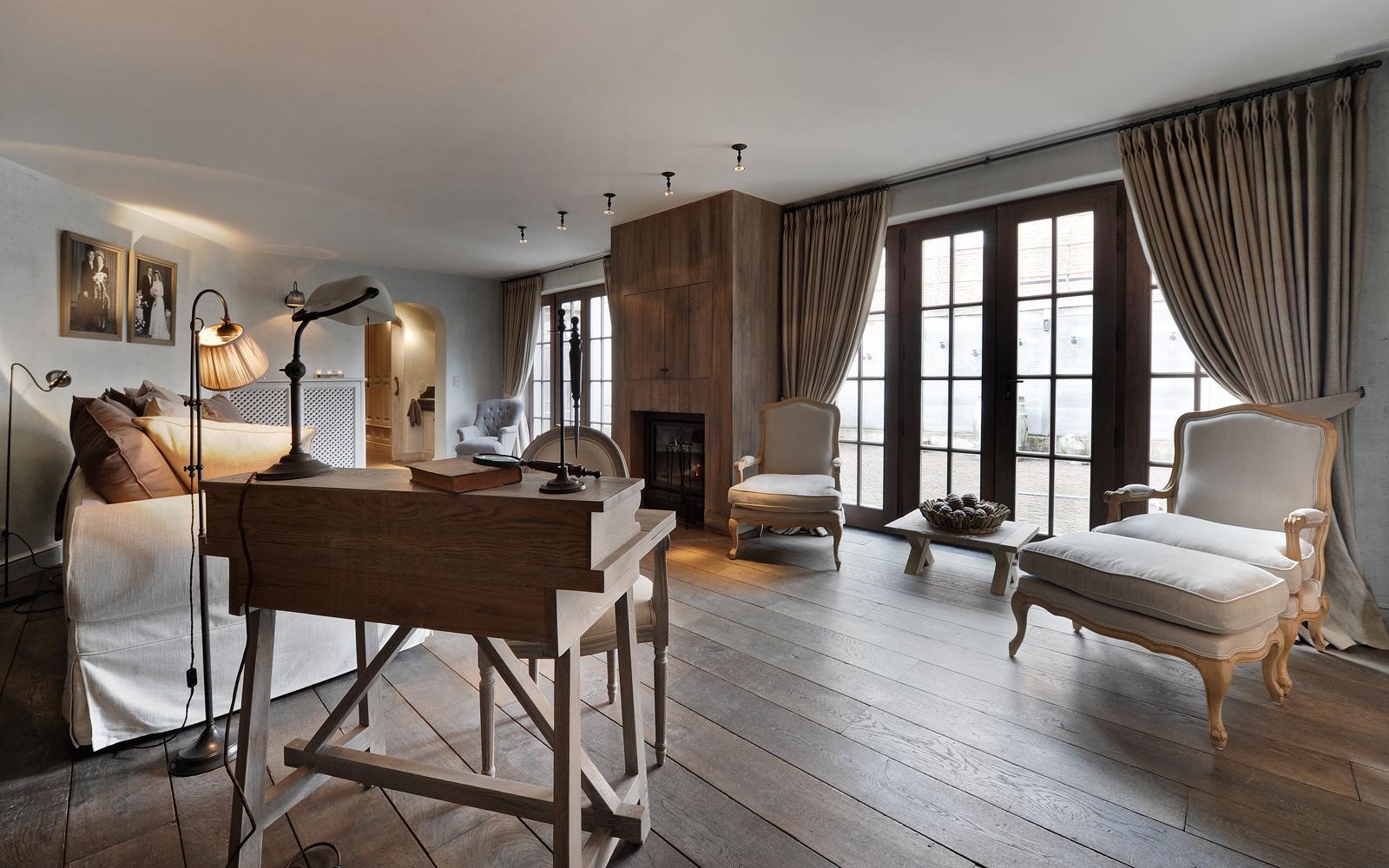 Woonkamer, houten vloer, sfeervol, authentiek, licht, haard, woonhuis als showroom, Dauby