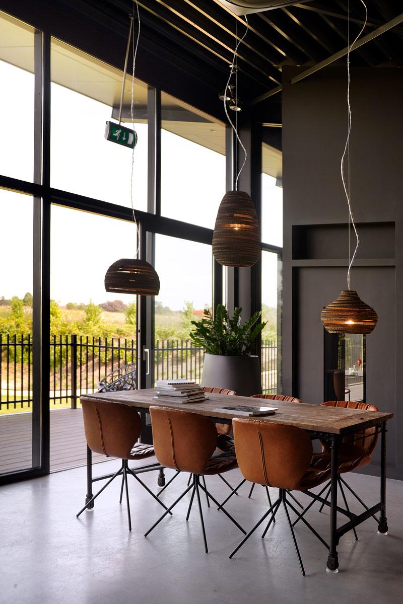 Industrieel, gevlinderd beton, cognac stoeltjes, open haard van Object Design, La Marquise, Hertroijs Architekten