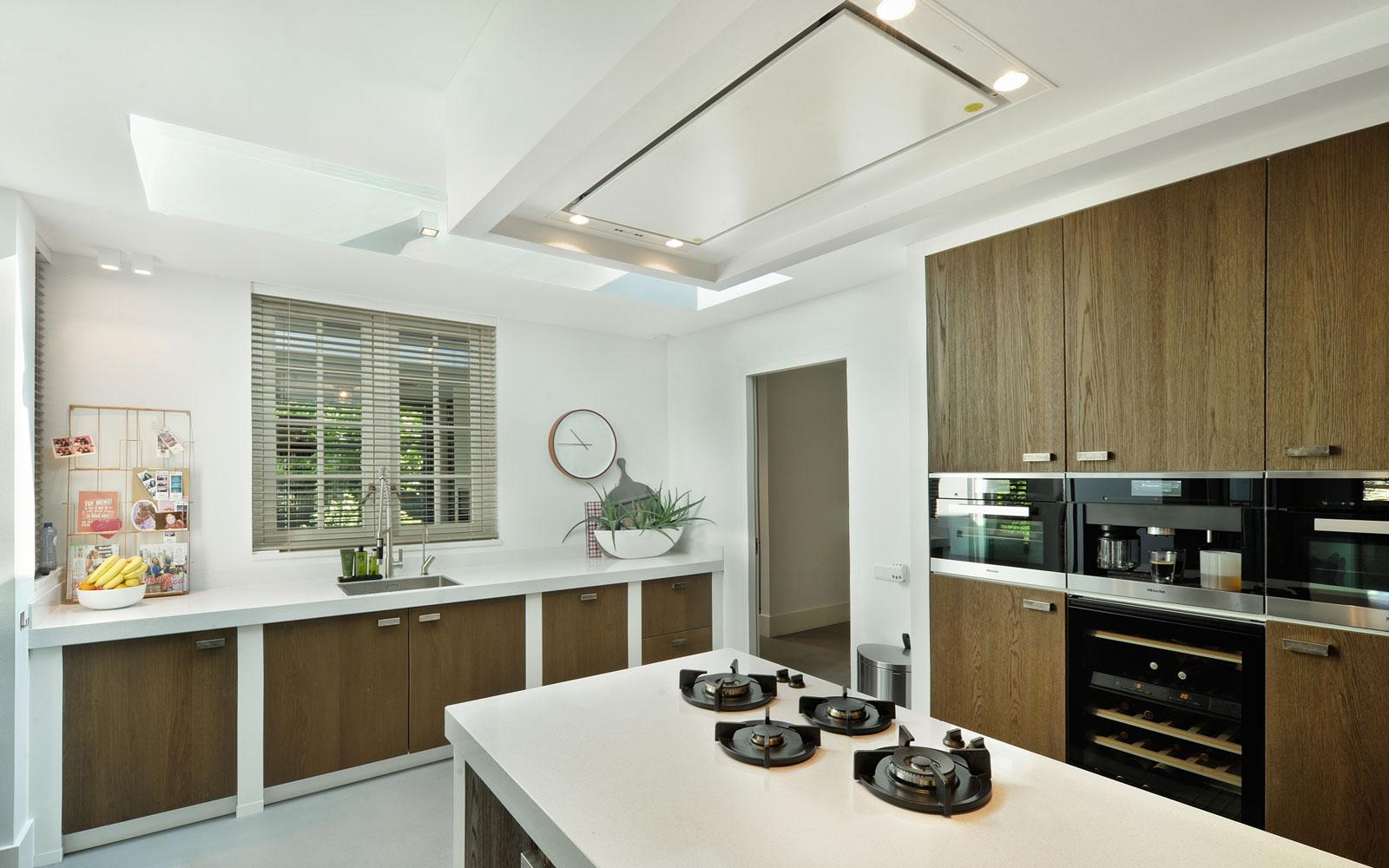 Open keuken, ruimtelijk, kookeiland, Van Ginkel Keukens, hout, wit, metamorfose, Boxxis Architecten