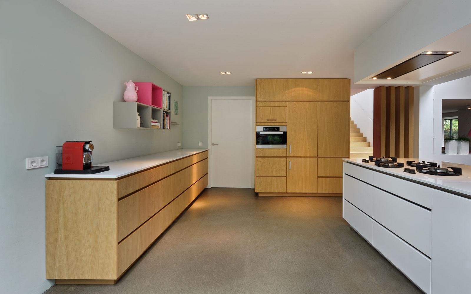 Maatwerk keuken, Marcel Zwaard, houten kasten, wit kookeiland, jaren 70 woning, De Bever Architecten