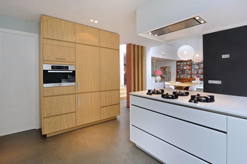 Maatwerk keuken, houten kasten, wit kookeiland, Marcel Zwaard, jaren 70 woning, De Bever Architecten