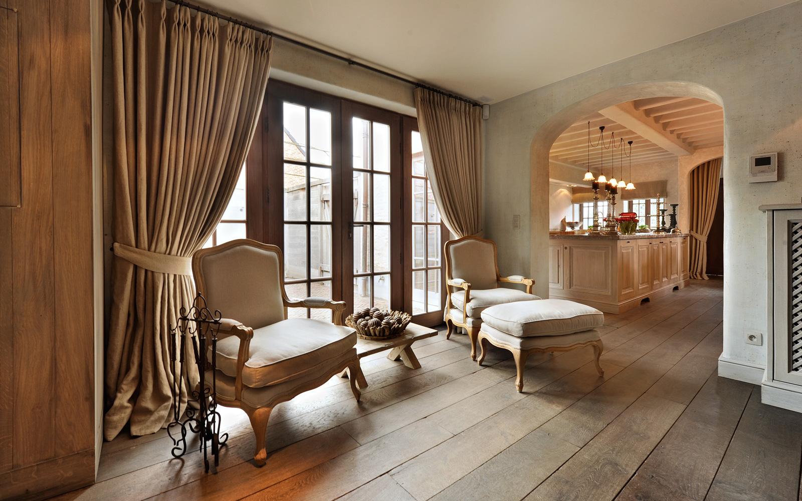 Woonkamer, loung, comfortabele stoelen, houten vloer, ronde boog, authentieke uitstraling, woonhuis als showroom, Dauby