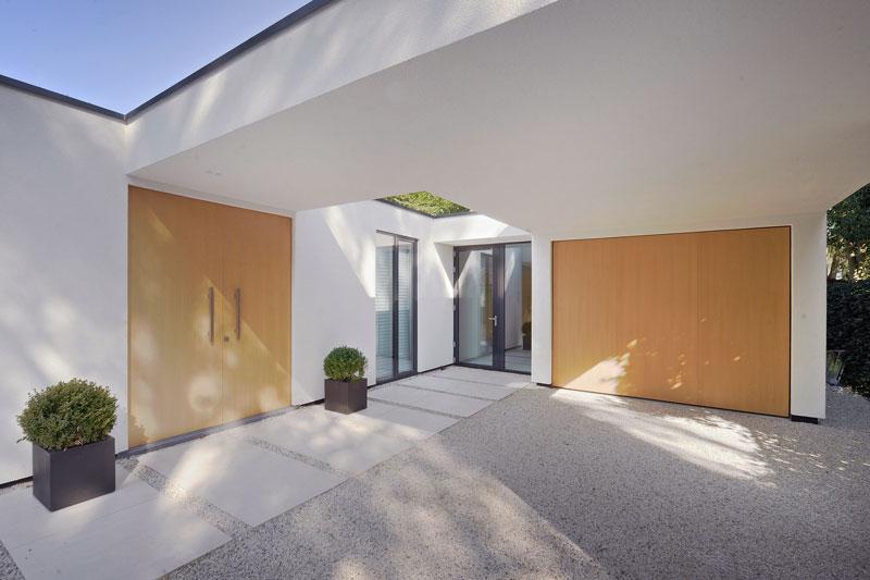 Houten garage deur, eikenhout, oprit, entree, moderne bungalow, Boxxis Architecten