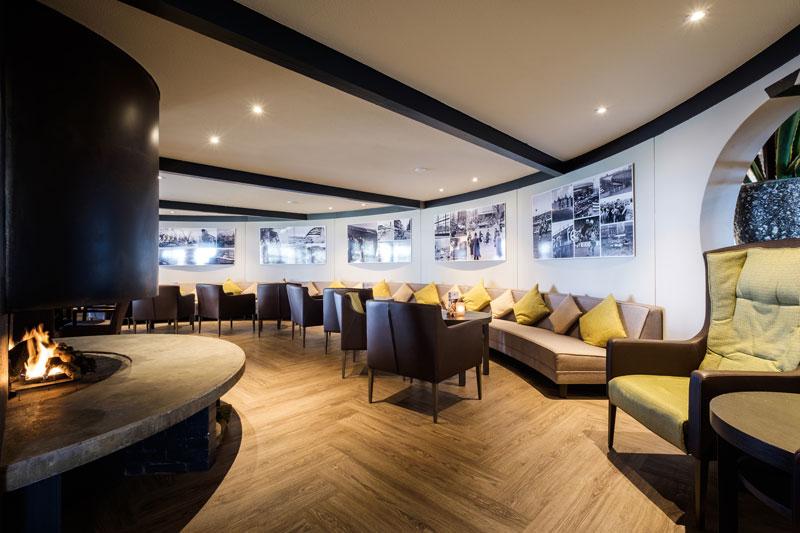 Brasserie, loungebank, ronde banken, maatwerk, visgraat vloer, golfbaan, De Hooge Rotterdamsche, Versteegh Design