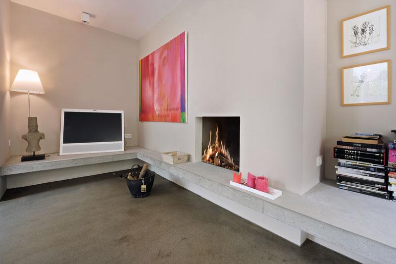 Woonkamer, betonvloer, open haard, sfeervol, TV, Bang & Olufsen, jaren 70 woning, De Bever Architecten