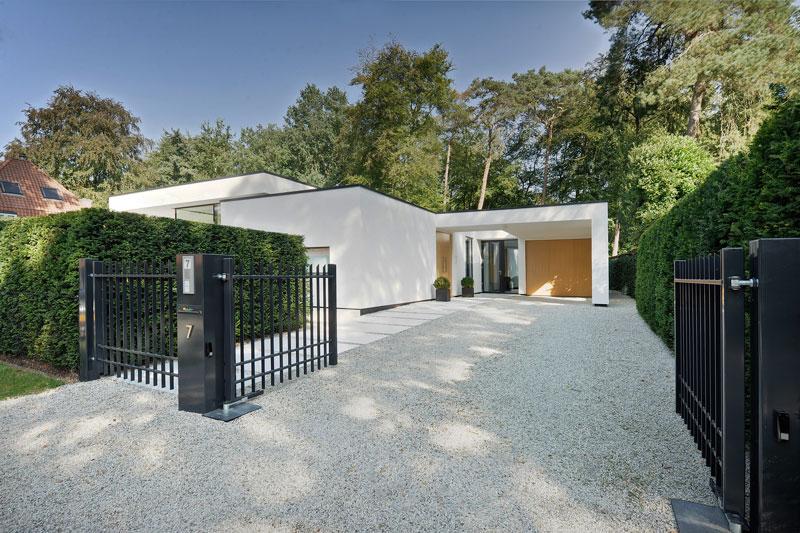 Oprit, poort, houten garagedeur, eikenhout, moderne bungalow, Boxxis Architecten