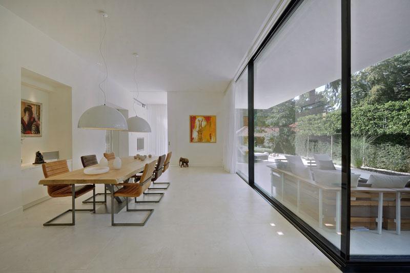 Enorme houten tafel van Zwaartafelen, moderne bungalow, Boxxis architecten
