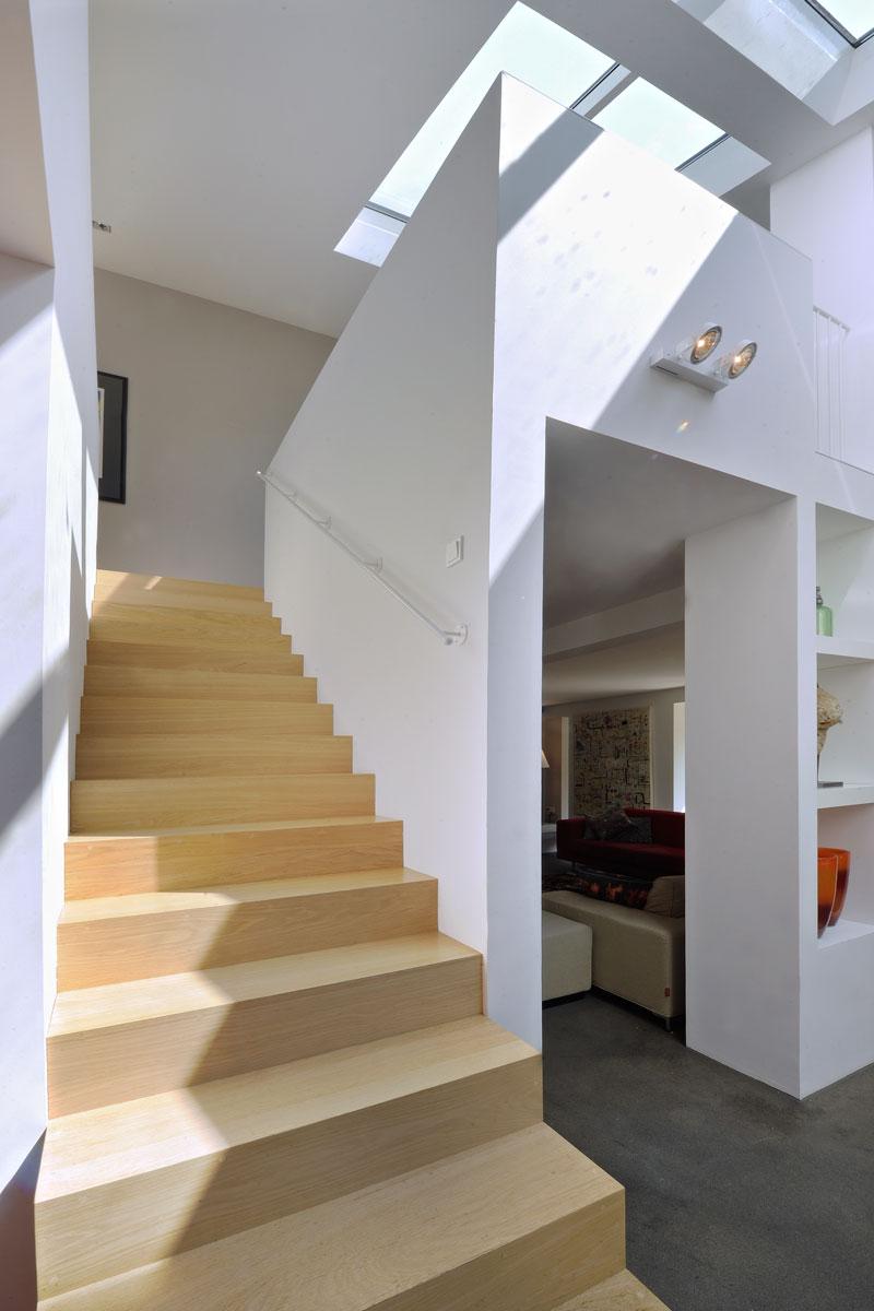 Elegante trap, stijlvol, hout, ruimtelijke woning, jaren 70 woning, De Bever Architecten