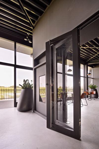 Industrieel, beton vloer, stalen deuren, glas La Marquise, Hertroijs Architekten