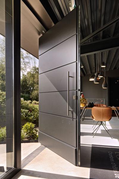 Grote, zwarte deur, frank van den Boomen, La Marquise, Hertroijs Architekten