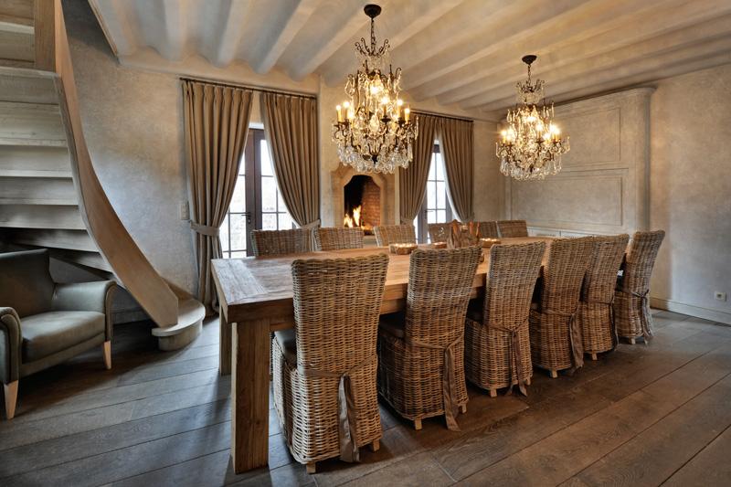 Woonkamer, lange tafel, massief eiken, hout, woonhuis als showroom, Dauby