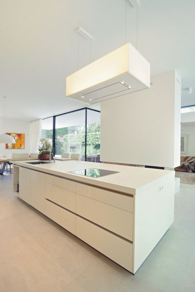 Keuken, kookeiland, strak, wit, open verbinding, moderne bungalow, Boxxis Architecten