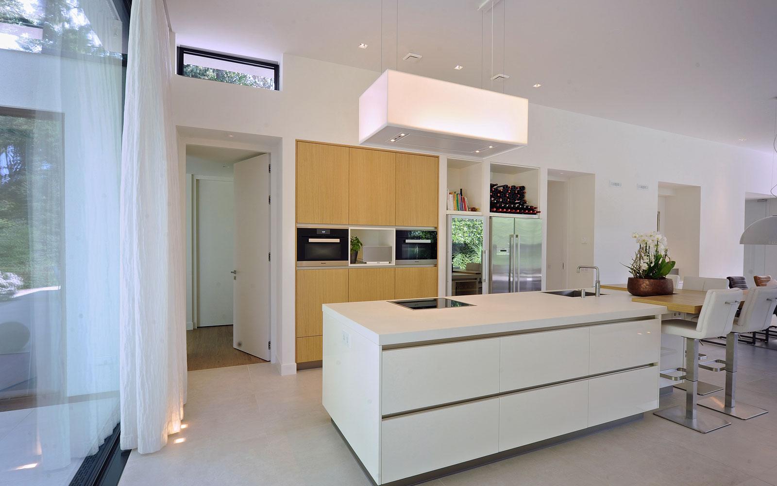Strakke keuken, wit, kookeiland, Quooker, heetwaterkraan, eiken hout, moderne bungalow, Boxxis Architecten